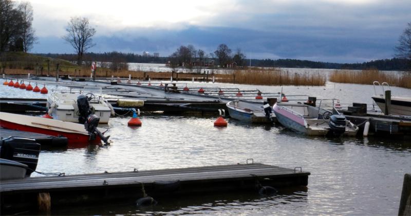 Vintrig bild över båtplatser Horns Skärgårdscamping